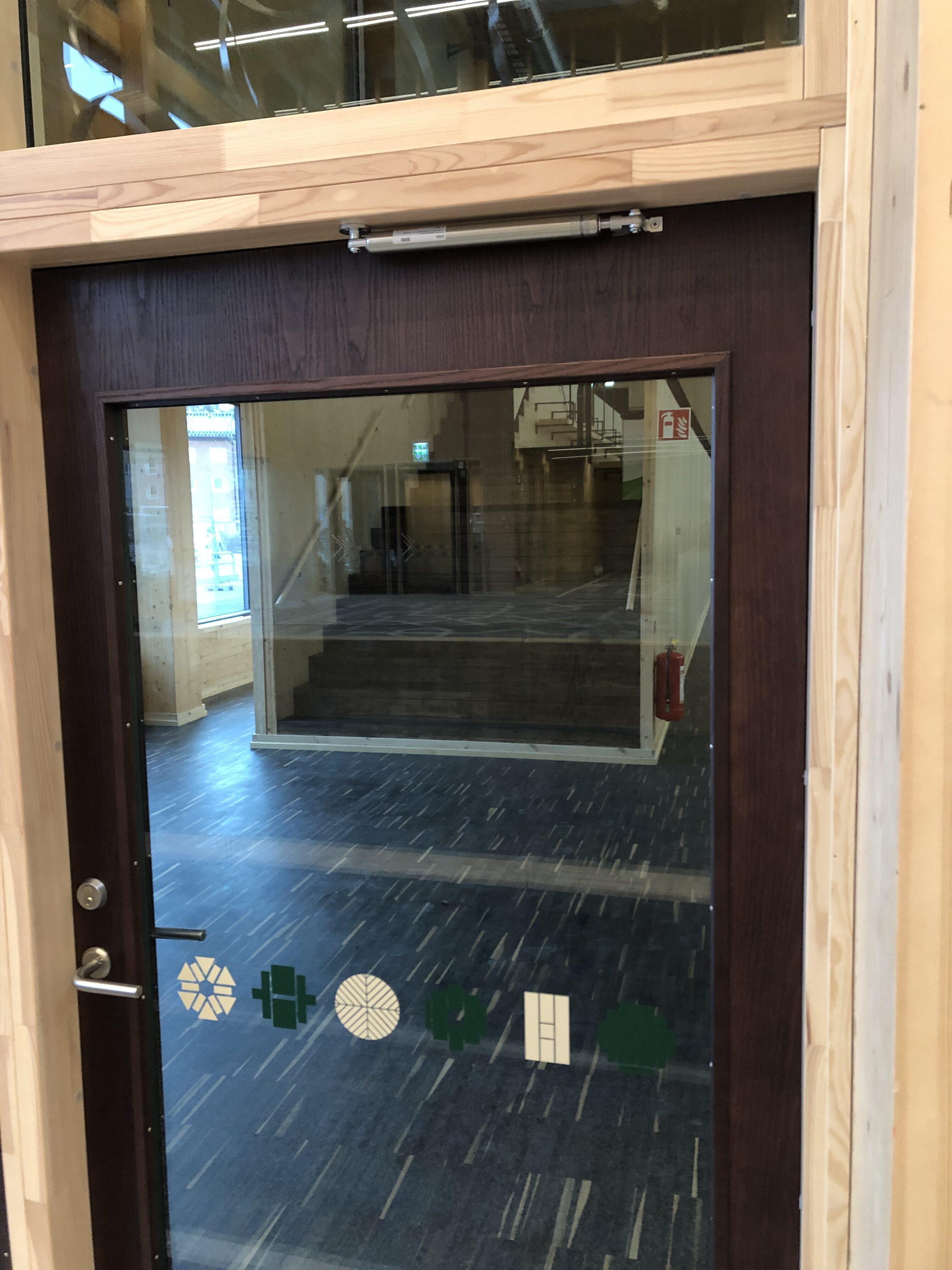 Dörrbromsar som räddar dörren